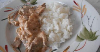 Бефстроганов из говядины со сметаной на сковороде, классический рецепт